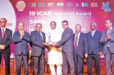 Deputy General Manager U. H. Rodrigo and Manager Thushara Amaranath receive the award.