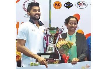 Niluka Karunaratne and Dilmi Dias with their trophies