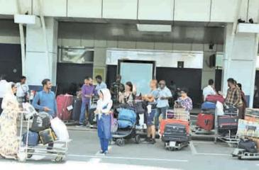 Lankan migrant workers at athe airport (file photo)