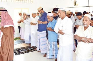 As-sheikh F.M.A.Ansar Moulana conducting prayers at Maruthamunai Masjidhul Hudha  in Maruthaminai. (Picture by M.A.Phakurdeen – Addalaichenai Group Correspondent)