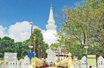 A magnificent view of the Mahiyanganaya dagoba