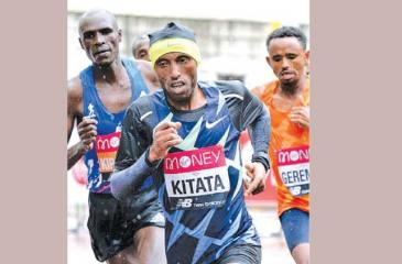 Suara Kitata leading with Eliud Kipchoge, former champion following on the right (BBC pic)
