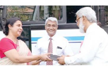Multiform Chemicals (Pvt) Ltd Chairman Thilak Karunaratne presents the key to Vice Chancellor of the University of Colombo, Senior Professor Chandrika N. Wijeyaratne