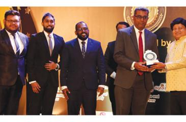 Chief Guest  Dr. Hasantha Hettiarachchi (on right) presents the most popular website Award to Vice President, Digital Strategy, DFCC Bank, Dinesh Jebamani