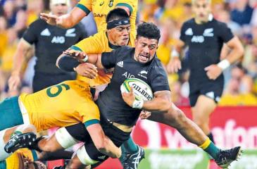 The Wallabies prevent a try-scoring move by the All Blacks with a solid defence