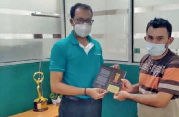 A  Sadaharitha Privilege Card being presented to a customer.