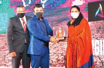 Founder and Managing Director Sanjeewa Rajapakshe and Co-Founder and Director Tyner Fernando receive the award