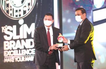 Group CEO of Singer Sri Lanka, Mahesh Wijewardene receives the SLIM Restart Resilience Gold award.