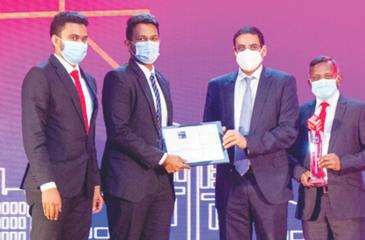 NoLimit officials receive the award.