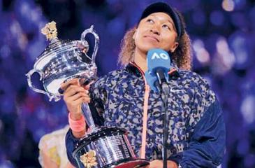 Naomi Osaka lifts the Melbourne Open Cup