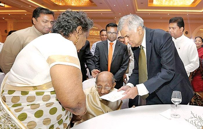 Dr. Lester James Peries felicitated by the Sri Lankan Premier, watched by Mrs Sumithra Peries, Ministers Gayantha Karunathilaka, Akila Viraj Kariyawasam and Deputy Minister Karunaratne Paranavithana.