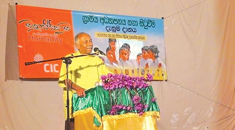 Artiste Rohana Baddage addresses the gathering