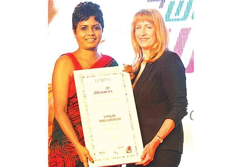 CEO of Kantar LMRB, Himalee Madurasinghe receives the 'Women Super Achiever' Award, at the World HRD Congress in Mumbai.