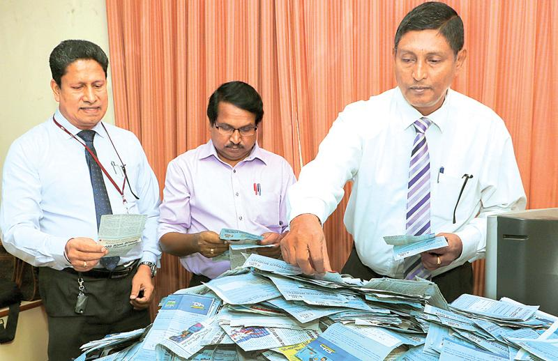 Picking the winning coupons. (From left) Chanaka Liyanage (Manager Channel Publicity, ANCL), A Kunarasa (Editor, Thinakaran) and Subash Karunaratne, DGM Gen, Admin, ANCL) pick the winners at the end of the 7th week draw.Pic. Saman Sri Vedage