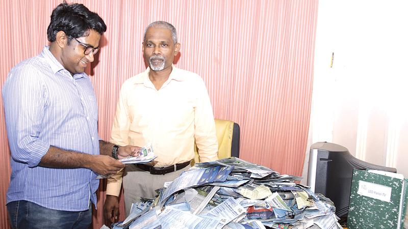 Picking the winning coupons.....from left. Rasika Jayakody (Editor Daily News) and Lakshman Piyasena ( Editor Silumina) picking the readers' winning coupons. Pic. Saliya Rupasinghe