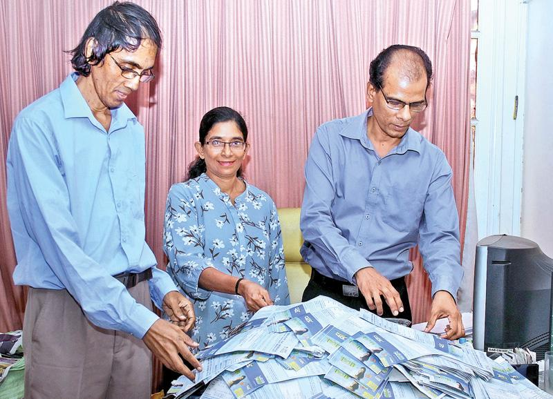 (From left) Ruwan Godage ( Features Editor, Sunday Observer), Sanjeevi Jayasuriya ((Act. Business Editor, Sunday Observer), and Lalin Fernandopulle (Deputy Business Editor Sunday  Observer) picking  the lucky  winning reader's coupons)