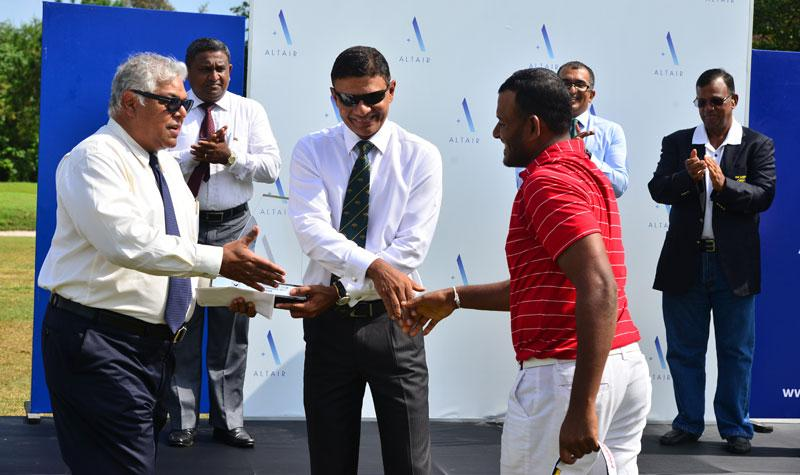 N. Thangaraja  receiving  the  cash award from Director Altair Indocean Developers Pvt Ltd.  Pradeep Moraes and captain of RCGC Ranil Pathirana.