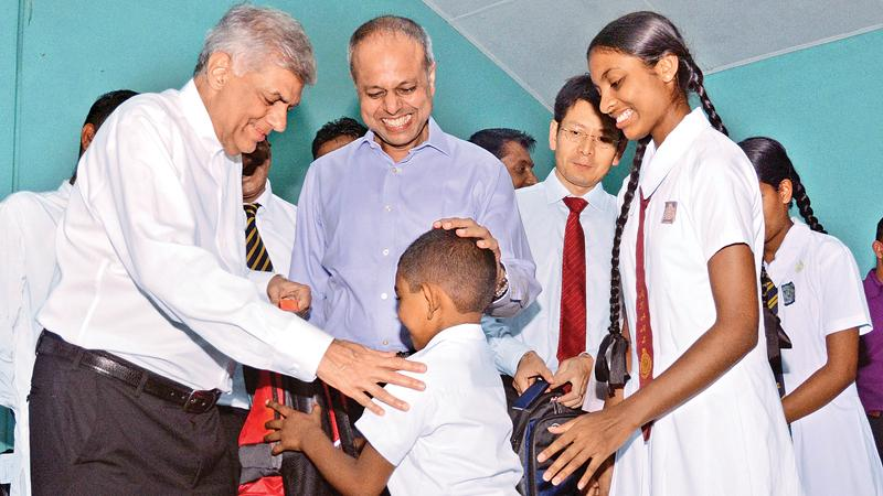 Prime Minister Ranil Wickremesinghe, Minister of Law and Order and Southern Development, Sagala Ratnayaka, Huawei Sri Lanka CEO Shunli Wang handing over the donations.