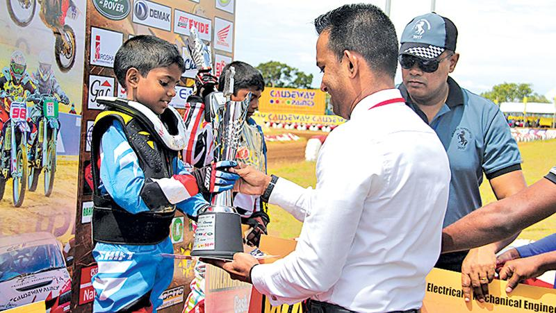 Saumya Fernando, Asst. Brand Manager, Ritzbury Champ, presenting the trophy to the Champion Binuka Ratnayake in the 5 - 10 years category