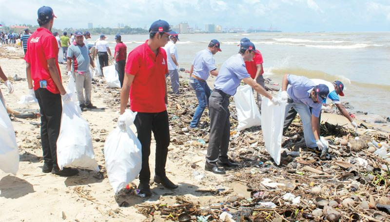 Country Leadership Team and associates of Coca-Cola Beverages Sri Lanka Ltd. working together in picking up discarded PET bottles