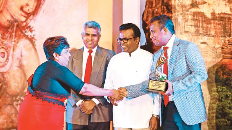 Beautician Mangala Dissanayake receives her award