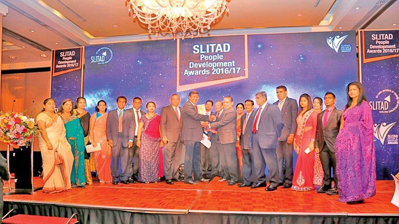 Lake House, General Manager Abhaya Amaradasa, Deputy General Manager, (Human Capital) Narada Sumanaratne and members of the Human Capital team of Lake House with the SLTAD People's Award.
