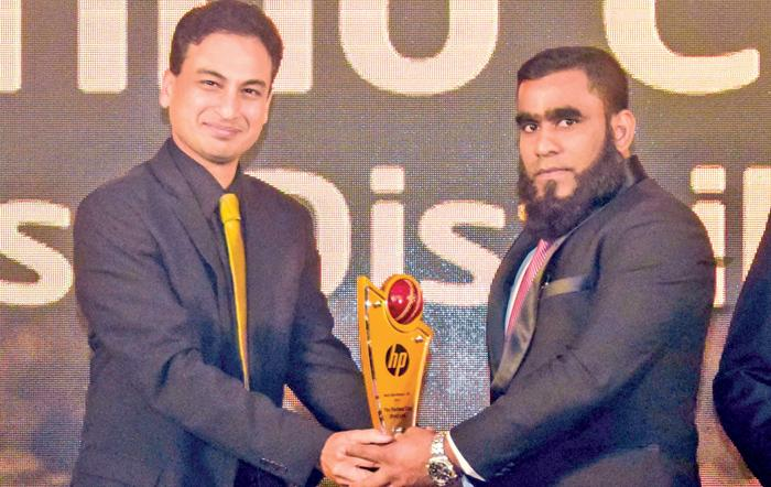 Managing Director Fahmy Ismail receives the 'Best Distributor – PC' award  from Regional Account Manager (APJ) at Intel Corporation, Anup Agrawal.
