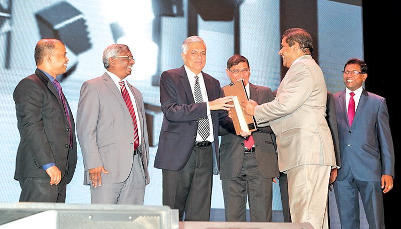 Director/CEO of Seylan Bank Kapila Ariyaratne receiving the award from  Prime Minister Ranil Wickremesinghe