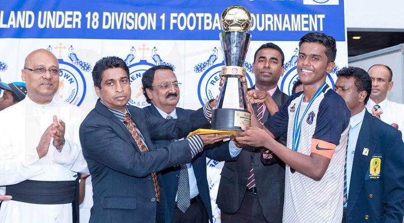 St. Joseph's Captain Jason Fernando receiving the Renown President's trophy from Sri Ranga (Director, Shakthi TV), Robert Peiris (Founder, Renown SC), Hemantha Abeykoon (President, SLSFA), N. S. B. Dissanayake (Secretary, SLSFA) and Rev. Fr. Travis Gabriel (Rector, St. Joseph's College)