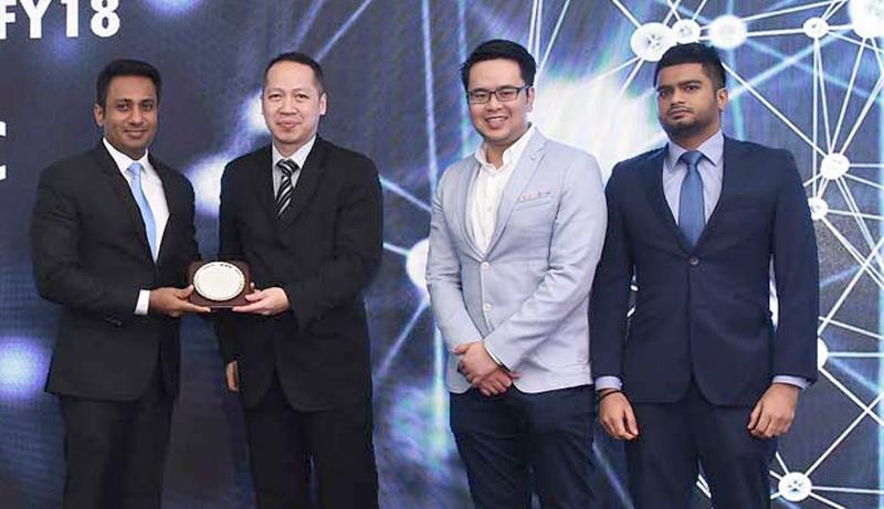 Singer Sri Lanka PLC Senior Manager Digital Media, Sahan Perera receives the Best Consumer Distributor FY18 award from Dell EMC Client Solution Group Asia Emerging Markets Director Martin Wibisono, Business Development Manager Jonathan Chuah and Sri Lanka and Maldives Distribution Manager Commercial and Enterprise, Aabid Aslam
