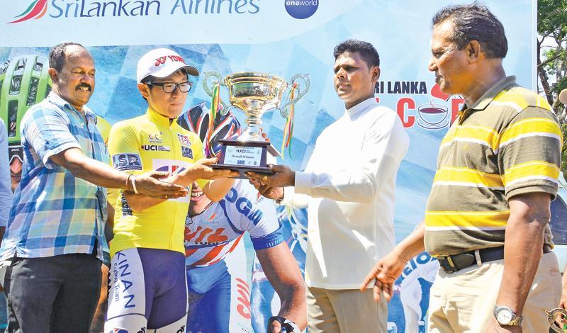Yasuhara Nakajima receiving the overall Champions Trophy from Negombo Mayor Dayan Lansa