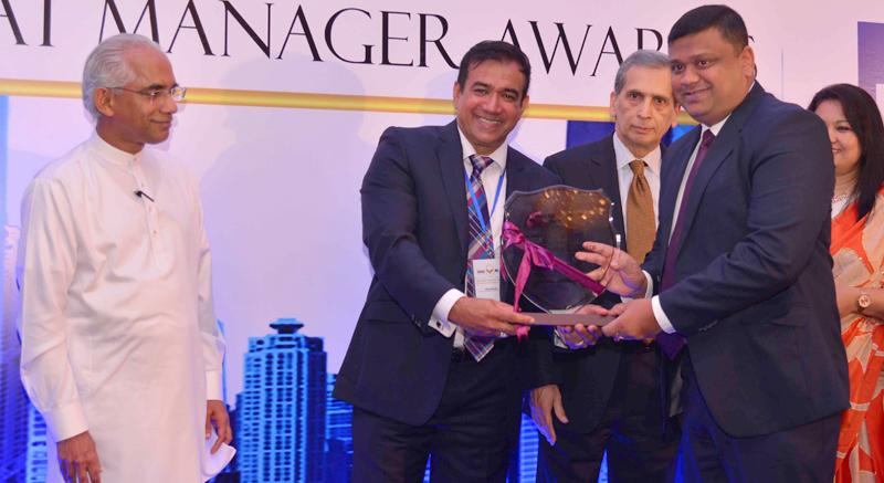 Riaz Hassen presents award to Paduma Subasinghe, Senior Vice President at Browns & Company PLC