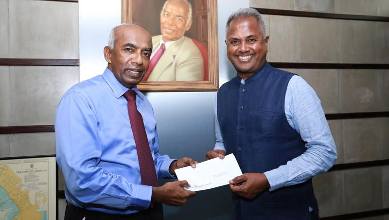Kushil Gunasekera (right) Founder/Chief Trustee of the Foundation of Goodness accepting the sponsorship cheque from S.R. Gnanam, Managing Director of Tokyo Cement Company (Lanka)
