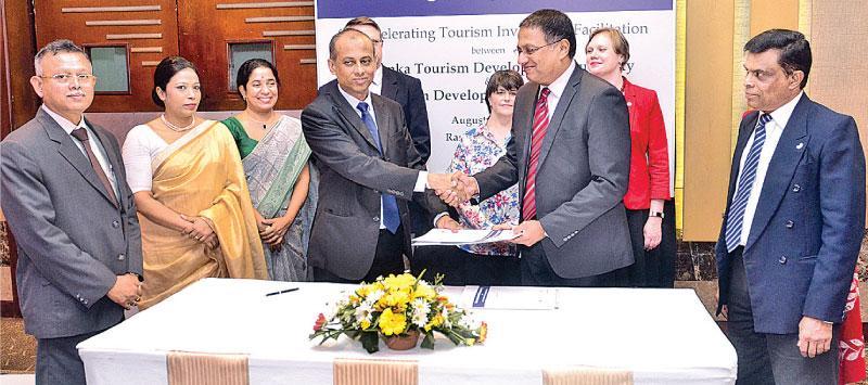 SLTDA Chairman Kavan Ratnayaka exchanges the MoU with UDA Chairman Dr. Jagath Munasinghe