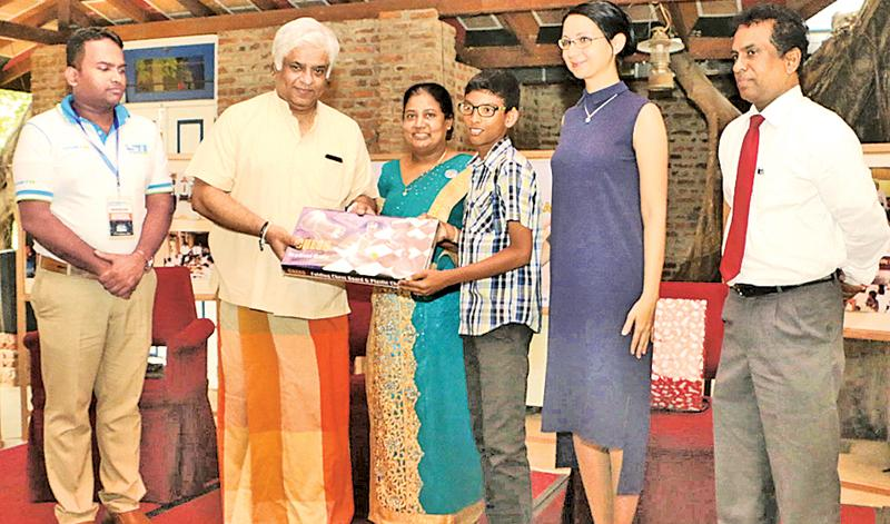 Arjuna Ranatunga, Minister of Petroleum Resources Development presenting a chess board to Methnula Hewawasam. Others in the picture are from left: Thilan Rangana, Chairman of SPORTSINFO, Suneetha Wijesuriya, President of the Anatoly Karpov Chess Club, Anastasia Khokhlova, First Secretary of the Embassy of the Russian Federation and the Director of the Russian Centre in Colombo and Buddhapriya Ramanayake
