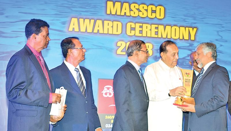 Capt. Ajith Peiris Chairman of CINEC receives the MASSCO Award from Speaker Karu Jayasuriya
