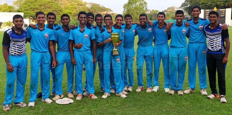 The champion S. Thomas' College U-17 team comprising Thenuka, Afdhal, Anuk, Sheron, Methnuka, Surakshit, Ranuka, Vineth, Bhathiya, Manidu, Dulith, Induneth, Ranuk, Thavisha and Eriyan with their prize