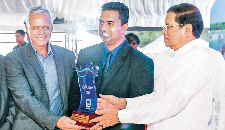 Dr. Tim Dejager and Shan Meemanage receive the award from President Maithripala Sirisena.