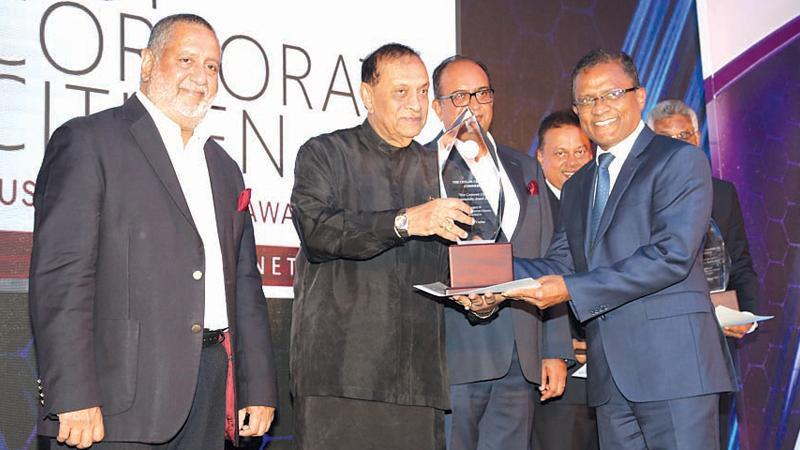 Bank of Ceylon CEO/General Manager Senarath Bandara receives the award from Speaker Karu Jayasuriya at the Best Corporate Citizen Sustainability Awards 2018.
