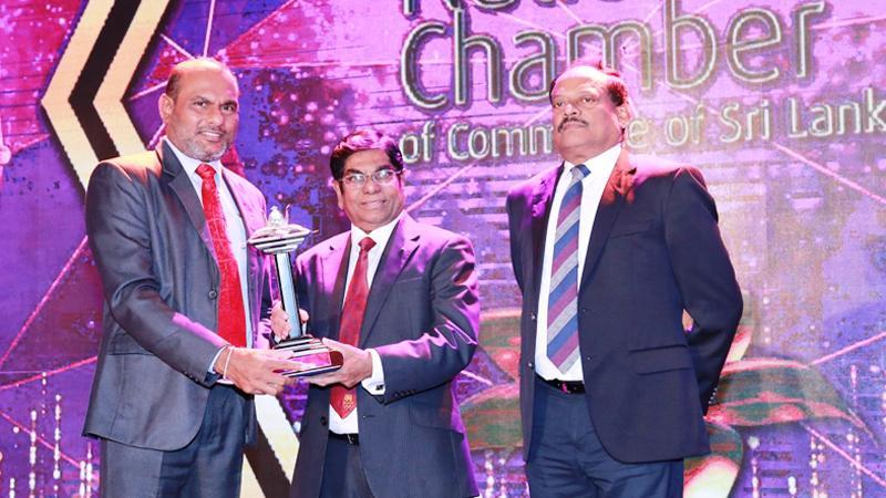 Chief Operating Officer of HNB Finance, Priyalal Arangala receives the award.