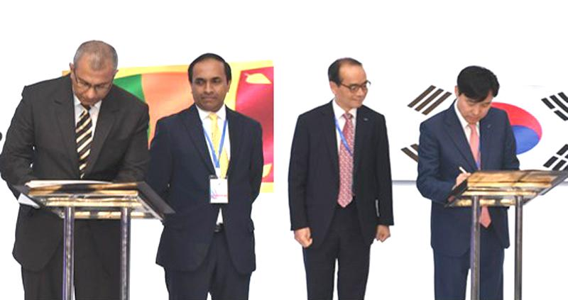 Extreme Left: CSE and CDS Chairman Ray Abeywardena signs the MoU. (Extreme Right): KSD Chairman and CEO Dr. Lee Byungrhae signs the MoU