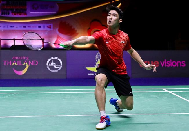 Singapore's Loh Kean Yew  making a return against China's Lin Dan during the men's single finals of Thailand Masters in Bangkok. -(AFP)