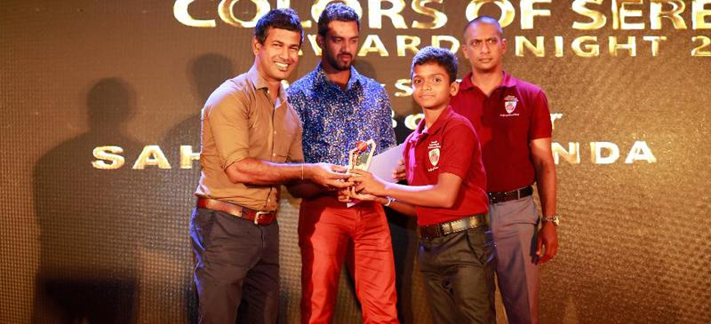 Winner of the Serendib International Cricket Academy award Sahas Nuiminda receiving his prize from former Sri Lanka players Nuwan Kulasekara and Sachitra Senanayake.
