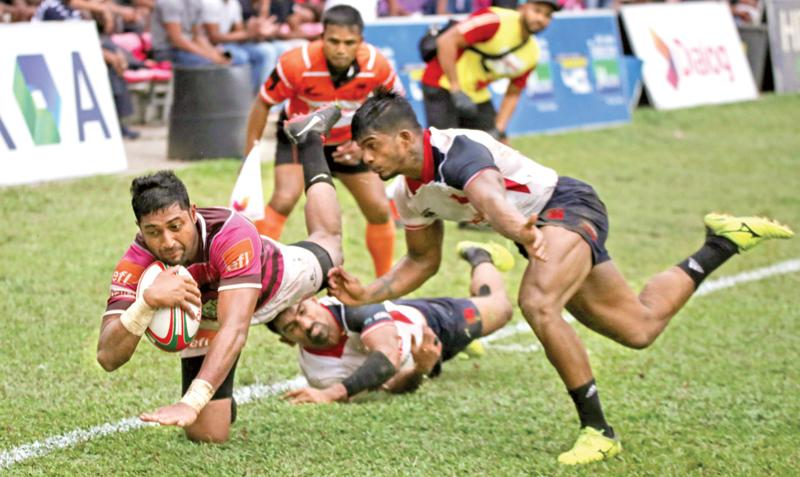 Havelocks winger Sandun Herath is poised to score his team's first try against Kandy SC yesterday.  (Pic by Thilak Perera)