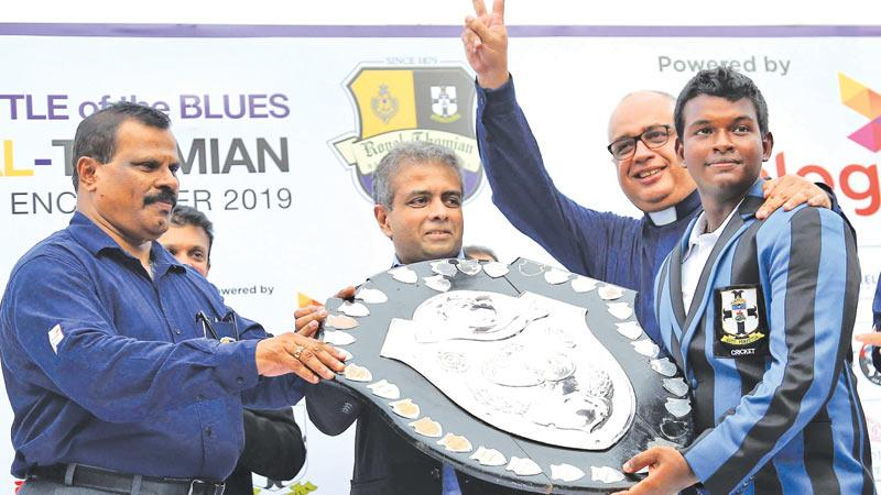 Winning captain Sithara Hapuhinna with the DS Senanayake Shield and College warden  Rev Marc Billimoria and Dialog's Dr. Hans Wijayasuriya the Regional CEO Axiata Group