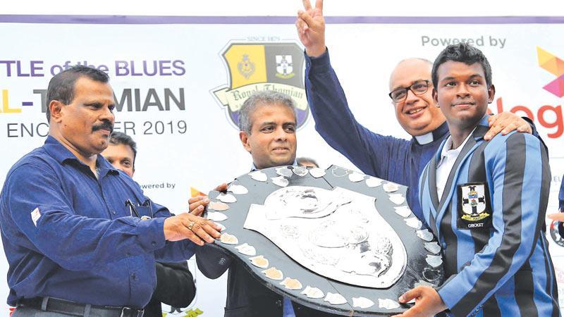 Winning captain Sithara Hapuhinna with the DS Senanayake Shield and College warden  Rev Marc Billimoria and Dialog's Dr. Hans Wijayasuriya the Regional CEO Axiata Group