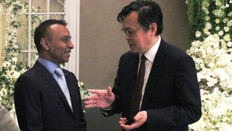 Japanese Ambassador Akira Sugiyama congratulates the Sri Lanka Baseball President Fazil Hussain at the felicitation ceremony held at Japanese Embassy.