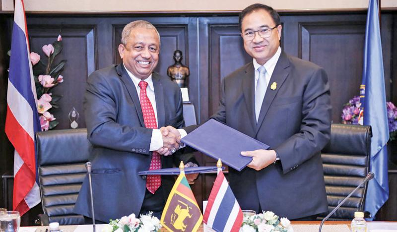Sri Lanka-Thailand Business Council President Rizan Nazeer and Thai Chamber of Commerce and Board of Trade Chairman Kalin Sarasin exchange the MoU.