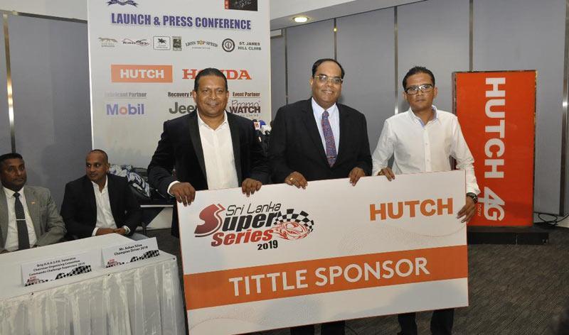 Thirukumar Nadarasa (centre) CEO Hutch, handing over the sponsorship cheque to Kamil Hussain (left) president SLARDAR with Dinesh Jayawardana, (right) president of AMRC also present
