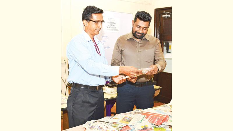 LRK Silva (left) Systems Engineer IT Department and Ranga S. Udugama, Design Editor Sunday Observer conducting the draw of the winners at the Lake House premises.  (Pic: Sarath Peiris)